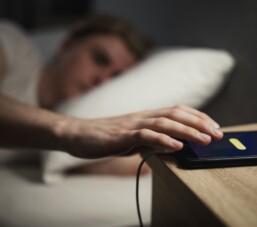 Đặt điện thoại ngay bên cạnh khi ngủ