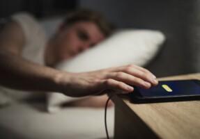 Hãy dừng ngay việc đặt điện thoại ngay bên cạnh khi ngủ