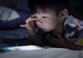 """Bệnh """"nghiện điện thoại"""" của trẻ em trong thời đại số"""